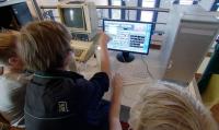 Schüler nutzen einen Mac zum Videoschnitt