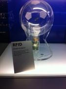 Hier kann man sehen, wie ein RFID-Chip zur Positionsbestimmung eines Fußballs benutzt wird.