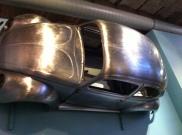 Die Karosserie eines VW Käfers, dem eine eigene Sektion im Museum gewidmet ist.