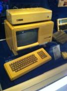 Ja - auch Apple hat hässsliche Computer gebaut: Hier ein Apple Lisa von 1983 (5 Mhz, 5MB (!) Festplattenspeicher)