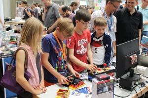 Kinder auf der Maker Faire testen die Basteleien aus meiner Raspberry Pi-AG