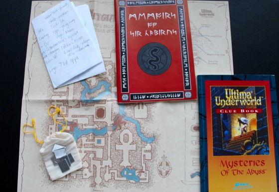 """So spielte man """"Ultima Underworld"""" - mit Karte, Notizzettel & Büchern."""