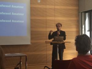 Jöran Muuß-Meerholz stellt seine Idee von der OER-Babyklappe vor.
