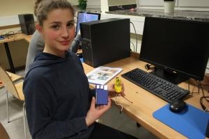 Schülerin mit Raspberry Pi-Bastelarbeit